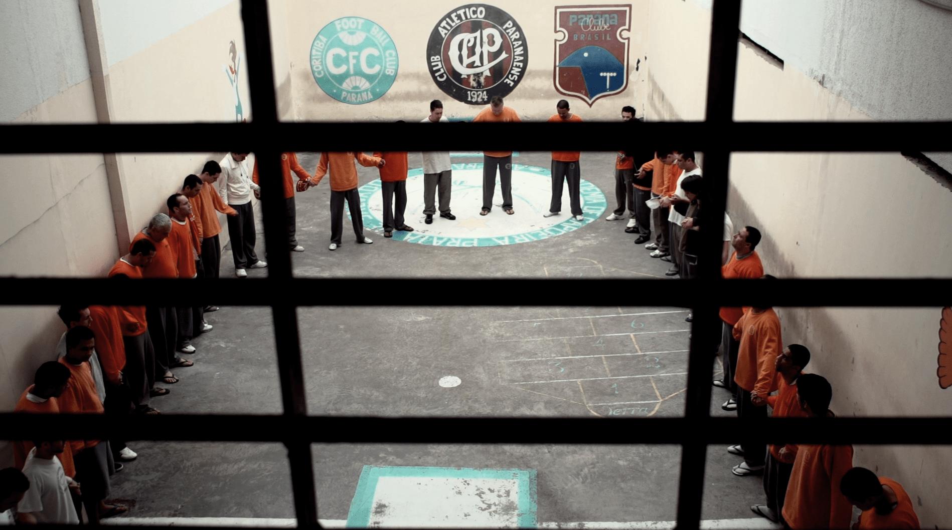 Pátio com presos