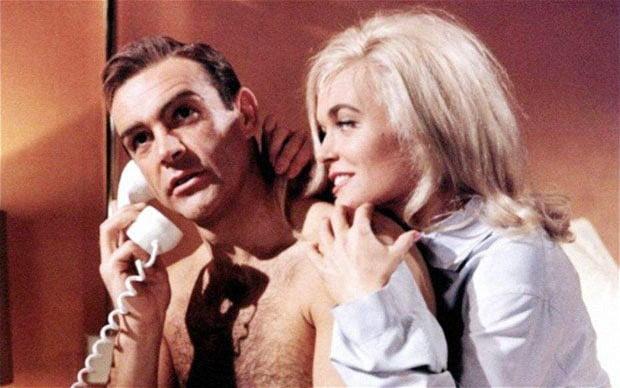 James Bond; um caso plástico do papel submisso que o cinema hollywoodiano insiste dar às mulheres.